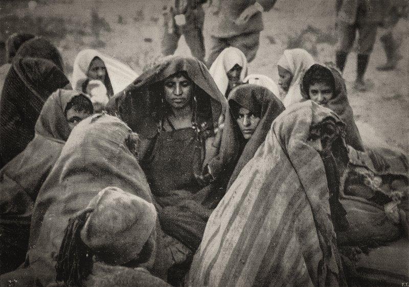 Donne libiche vengono sorvegliate da soldati italiani a Derna. L'Illustrazione italiana. 1912