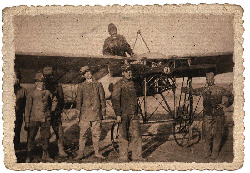 Quella italo-turca fu la prima guerra nella quale si ricorse all'aviazione. Nell'immagine, il capitano Piazza in procinto di fare un giro di ricognizione delle postazioni turche