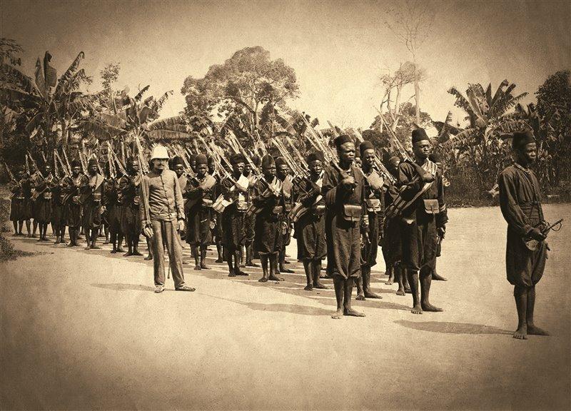 Fotografia del 1907 che mostra alcuni membri della force publique con un ufficiale. I soldati erano chiamati