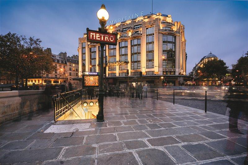 Nel 1900 apre al pubblico la metropolitana, che rivoluziona i trasporti pubblici. Nell'immagine, l'attuale ingresso della metro di pont Neuf, davanti al centro commerciale La Samaritaine, inaugurato nel 1869