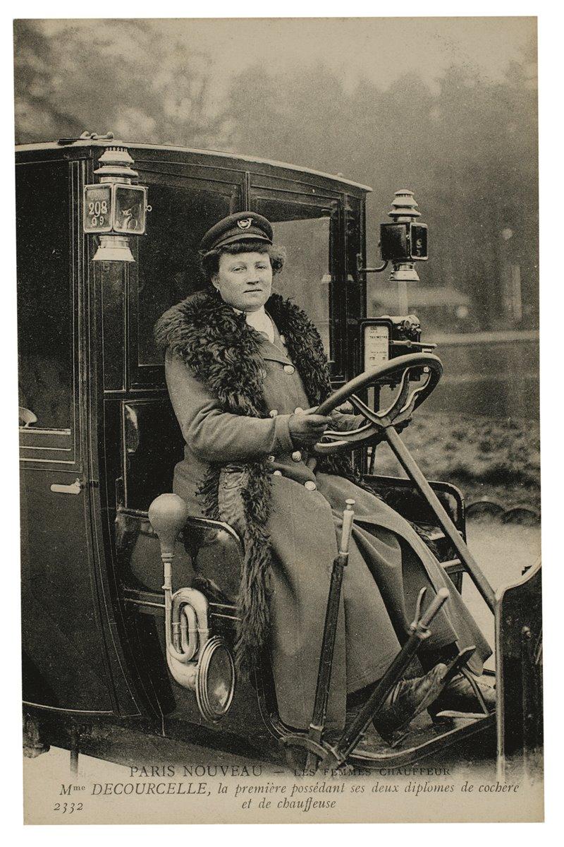 Nel 1907 a Parigi venne concessa la prima licenza di taxi a una donna, madame Decourcelle, che compare in questa foto