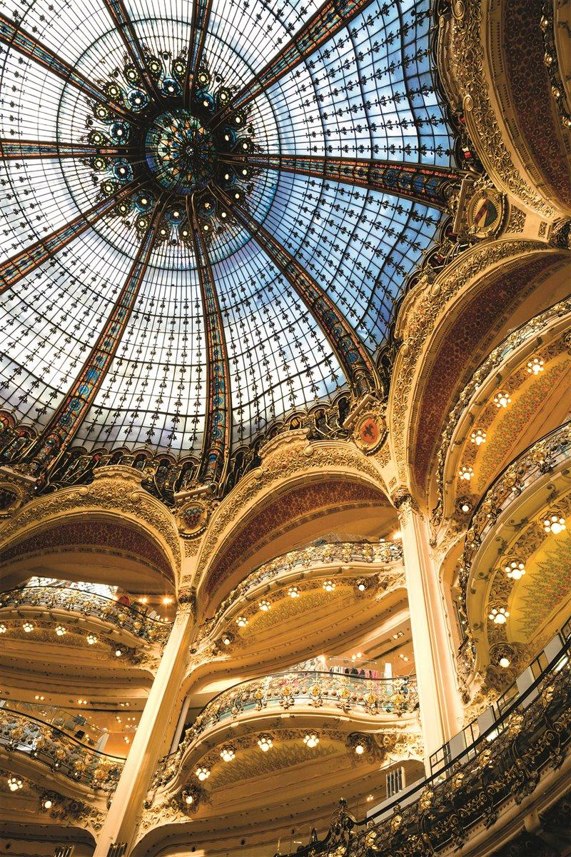 Nell'immagine, l'impressionante cupola dell'edificio Le Galeries La Fayette, un grande centro commerciale, vennero inaugurate nel parigino boulevard Haussmann dai cugini Théophile Bader e Alphonse Kahn nel 1893