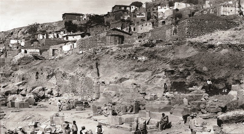 Il villaggio di Kastri e, ai suoi piedi, gli scavi del tempio di Apollo in un'immagine del 1893