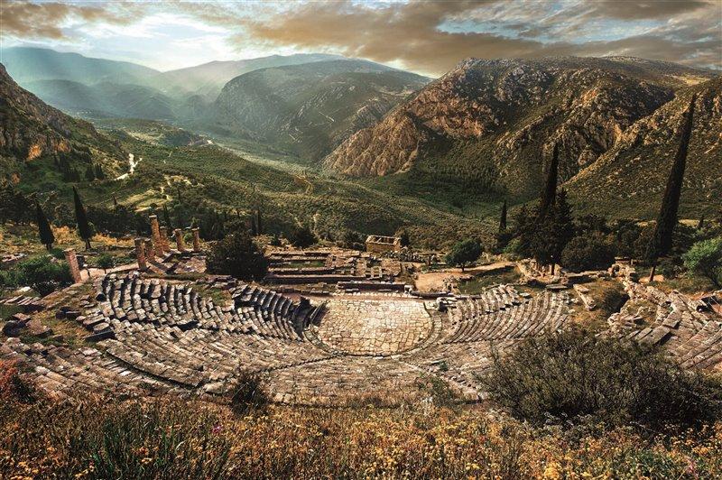 Situato su un terrazzo sopra il tempio di Apollo, il teatro del santuario poteva accogliere cinquemila spettatori