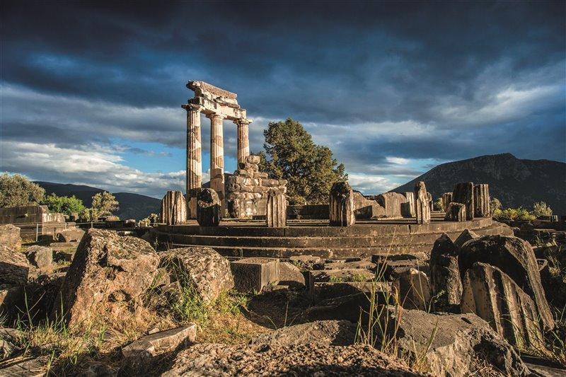 Tempio di Atena Pronaia situato a 800 metri dal santuario di Apollo, sul terrazzo di Marmarià