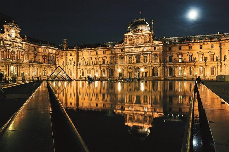 Napoleone utilizzò come residenza ufficiale il palazzo delle Tuileries, all'interno del complesso architettonico del Louvre (nell'immagine, il padiglione dell'Orologio)