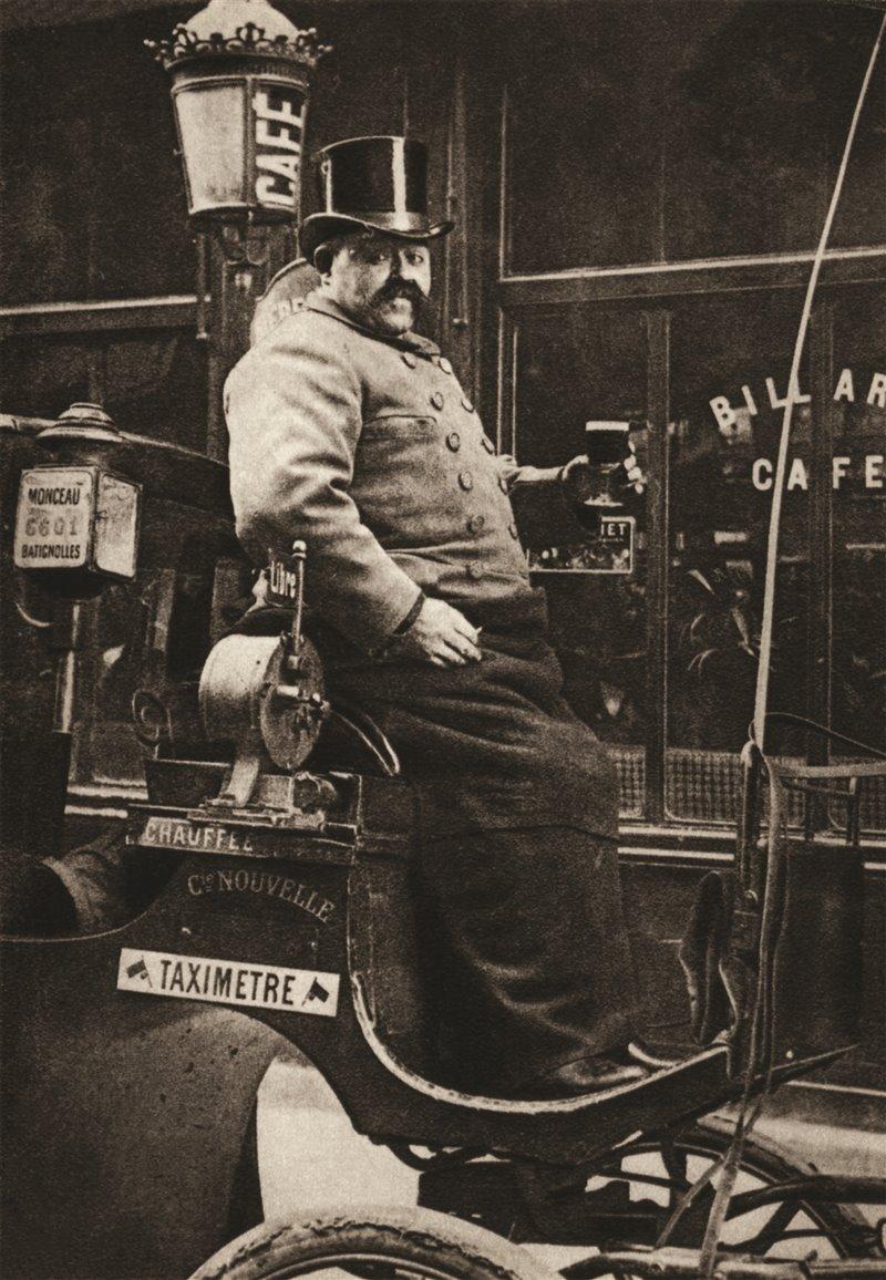Cocchiere di Parigi in una carrozza con un tassametro. Inizi del XX secolo
