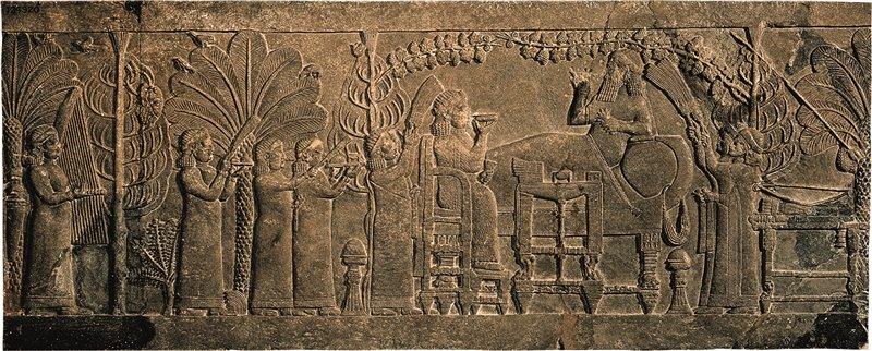 Assurbanipal e sua moglie, ritratti in questo bassorilievo assiro del VII secolo a.C., bevono sotto un pergolato 