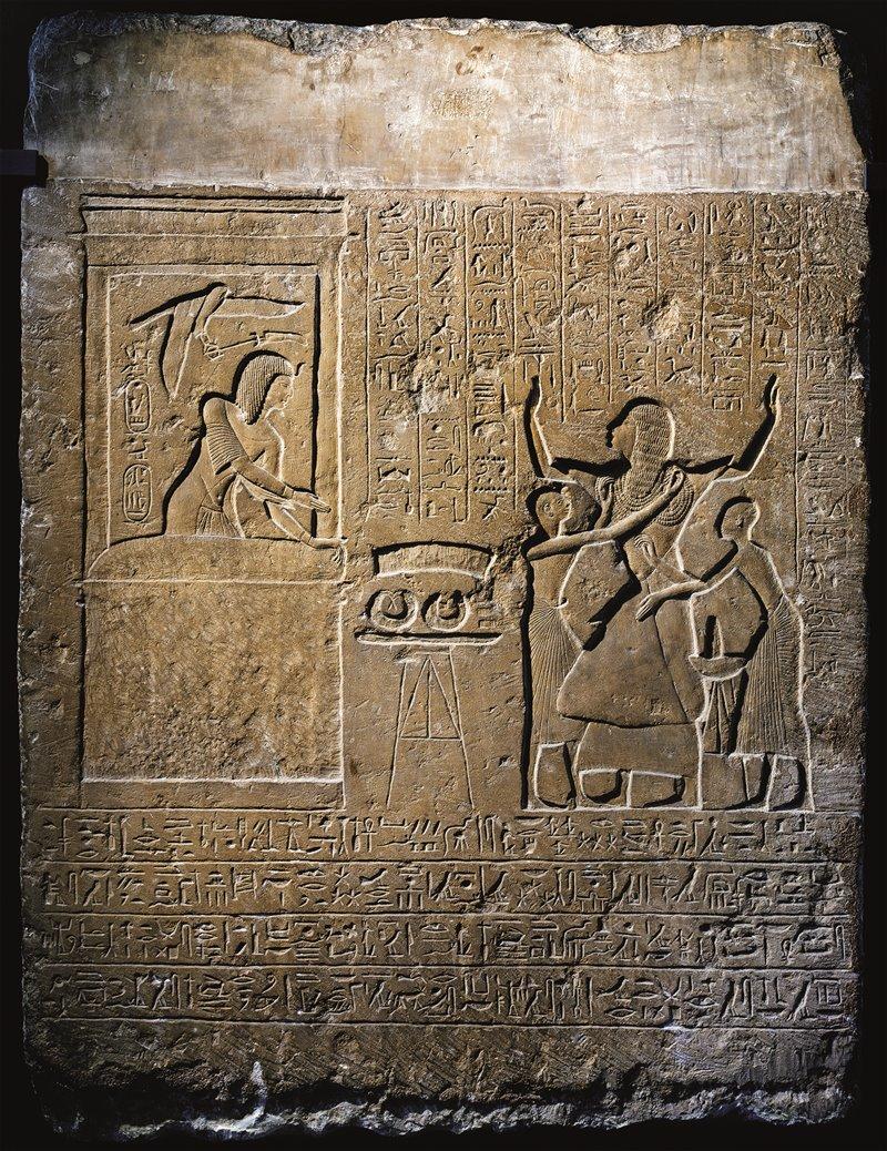 In questa stele, Hormi, il capo dell'harem reale di Seti I, viene ricompensato dal faraone per i suoi leali servizi