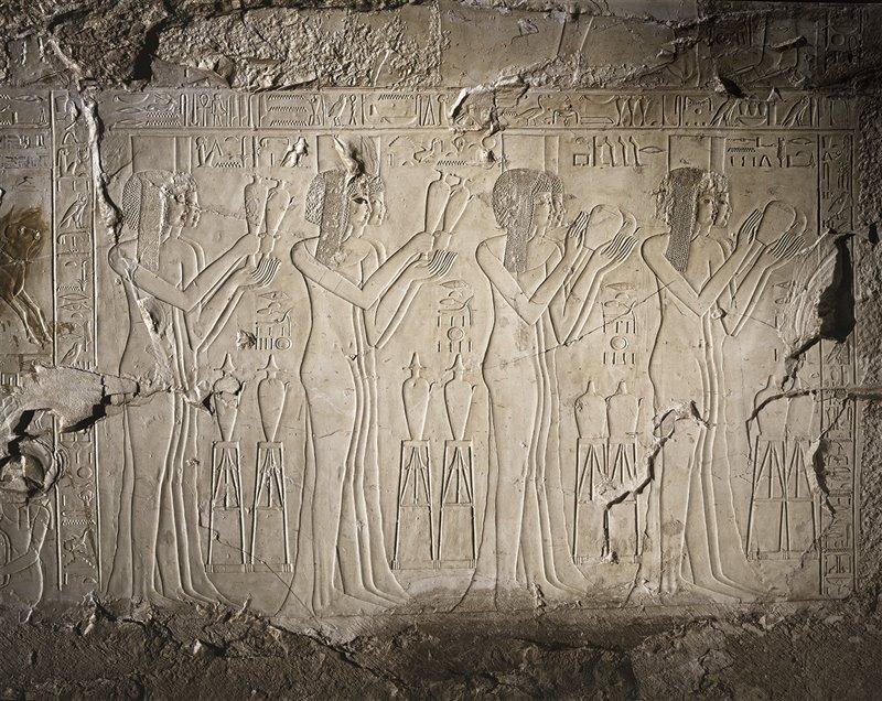 In questo bassorilievo della tomba di Kheruef – un alto funzionario vissuto durante il regno di Amenofi III – si vedono otto giovani che offrono libagioni per il giubileo del faraone