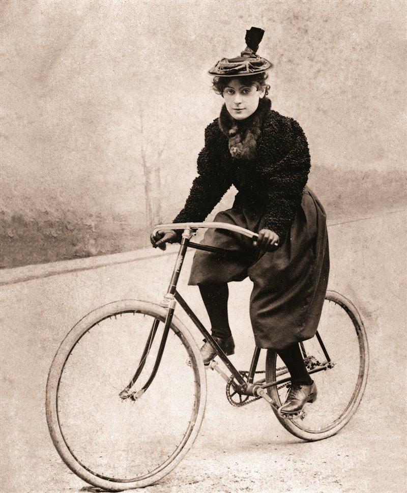Alcune donne, per maggiore comodità di movimento, indossavano i bloomer per andare in bici