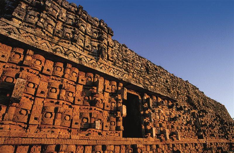 Il Palazzo delle Maschere di Kabah è un magnifico esempio di architettura in stile puuc. Le maschere rappresentano Chac, il dio maya della pioggia