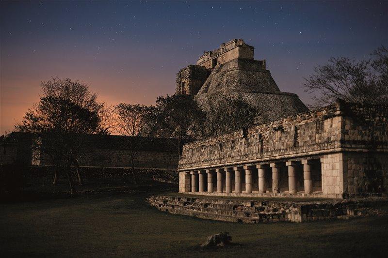Secondo la leggenda che narrarono a Stephens a Uxmal, questa gigantesca piramide di 35 metri di altezza fu costruita in una notte da un nano, figlio di una maga, che in seguito divenne sovrano della città