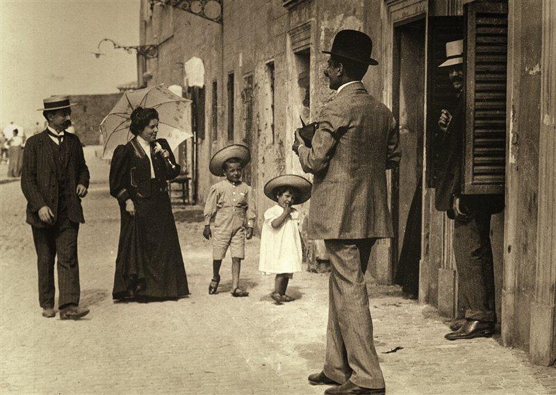 A passeggio con la famiglia: Deledda, suo marito Palmiro Madesani e i loro figli in vacanza