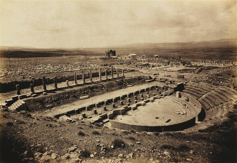 Il teatro romano di Timgad osservato dal lato occidentale. Fotografia scattata nel 1893. Bibliothèque de l'Institut de France, Parigi