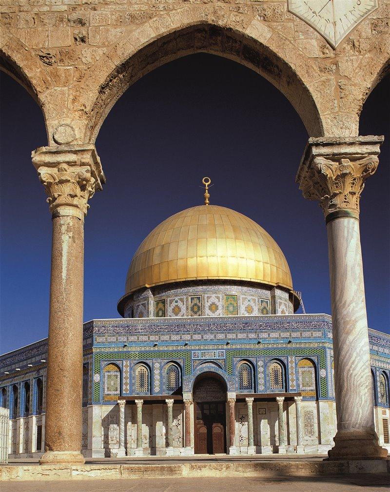 La Cupola della roccia di Gerusalemme, costruita all'inizio dell'VIII secolo per ordine di Abd al-Malik, è il primo esempio di uno stile architettonico chiaramente islamico