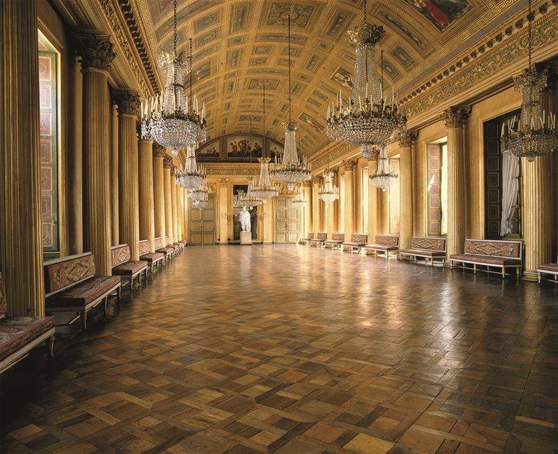 Gli imperatori trascorrevano un mese e mezzo nel Castello di Compiègne con i loro cortigiani. Nell'immagine, la galleria da ballo