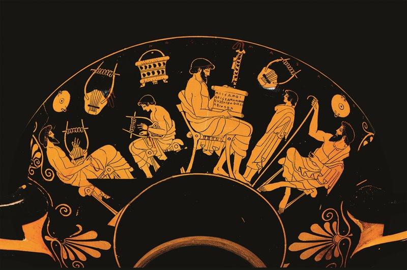 Questa kylix mostra vari aspetti dell'educazione greca: un maestro insegna a un ragazzo a suonare uno strumento, un altro mostra un papiro a un giovane in piedi davanti a lui. Fine VI - inizio V secolo a.C.