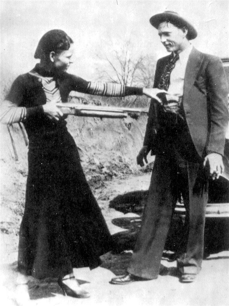 Bonnie Parker mira scherzosamente al petto di Clyde Barrow in uno scatto del fratello di Clyde, Buck, da qualche parte in Texas