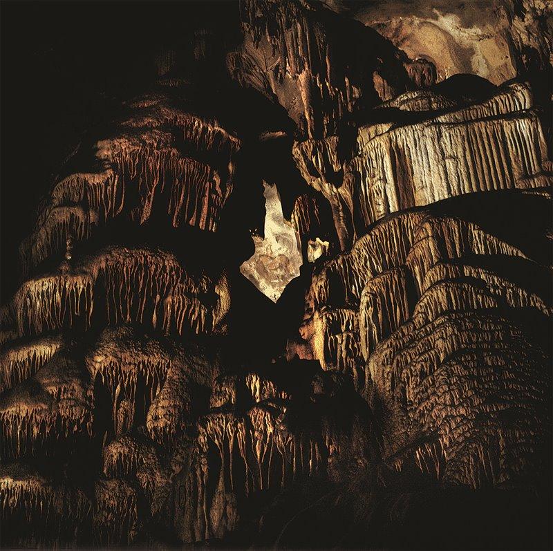 Nella grotta della Peña de Candamo (Asturie) sono state trovate rappresentazioni di cavalli, tori selvatici (uri) e cervi visibili nel cosiddetto muro delle Incisioni