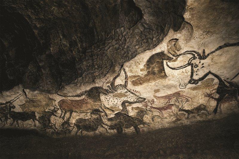 Nella grotta di Lascaux, in Francia, sono allineati e sovrapposti diversi animali: bovidi, tra cui uri, cavalli, cervi, e perfino un orso. La pittura risale al Magdaleniano, ovvero a circa 17mila anni fa