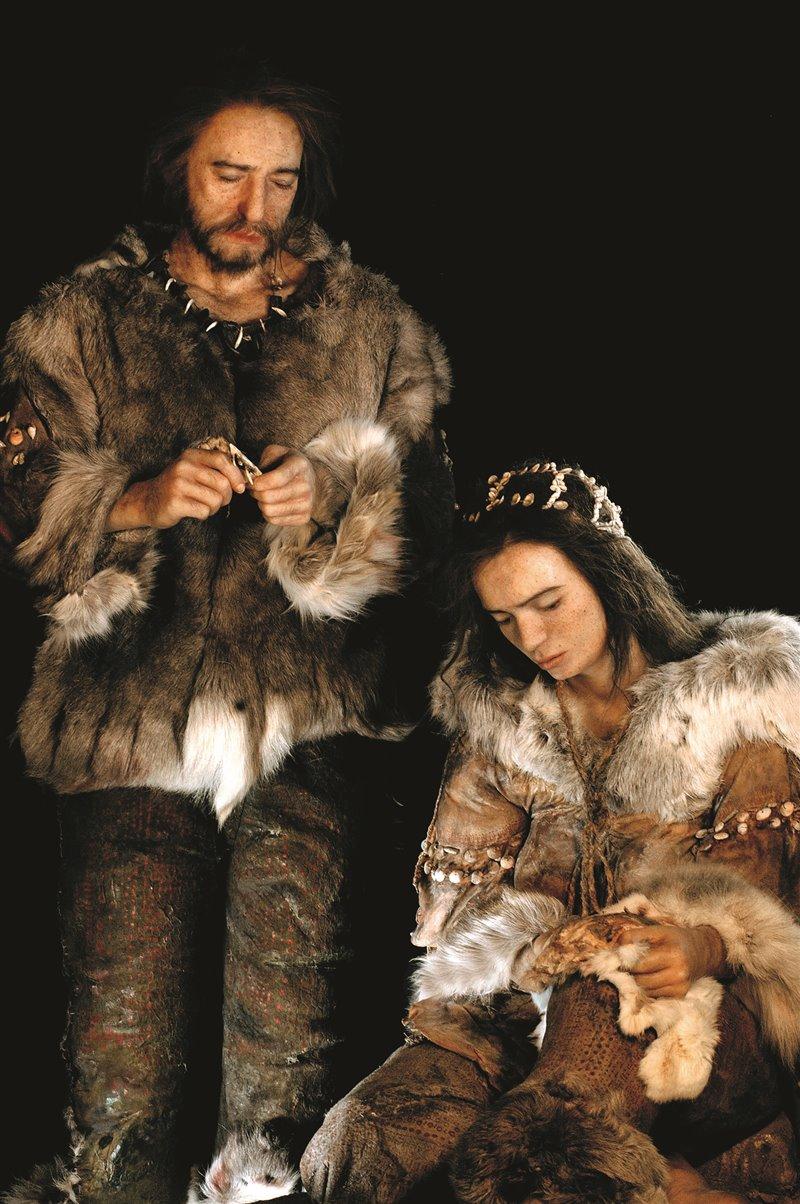 Per confezionare gli indumenti i 'sapiens' usavano aghi in osso, avorio o corno, che comparvero durante il Solutreano, circa 22mila anni fa. Ricostruzione dell'abbigliamento nel Magdaleniano, circa 15mila anni fa