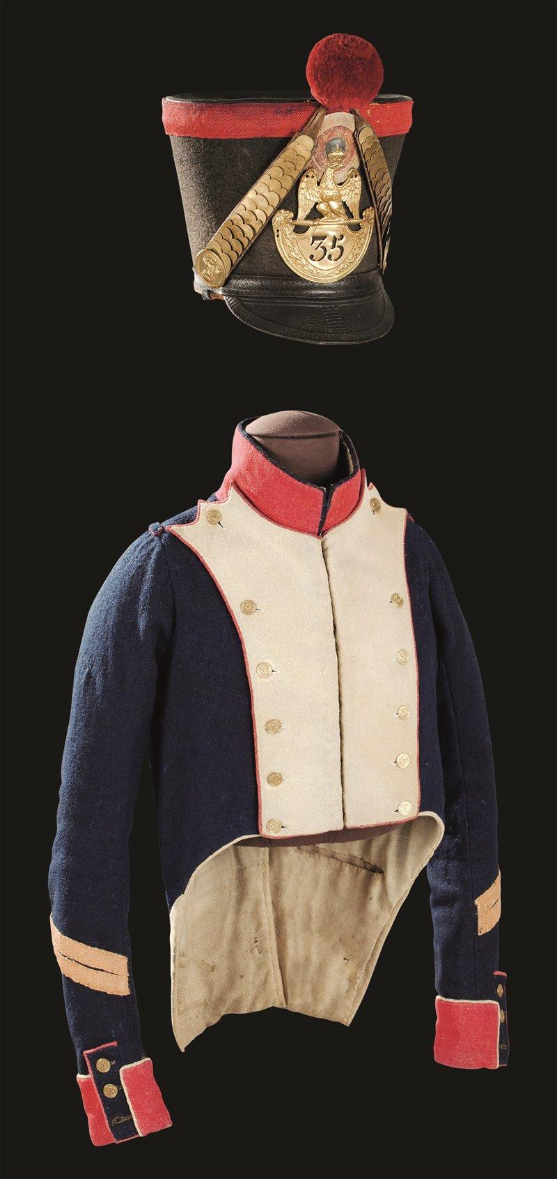 Lo shako aveva il corpo di feltro, la visiera di cuoio e una targhetta metallica su cui era inciso il numero del reggimento. La casacca dell'immagine apparteneva a un caporale