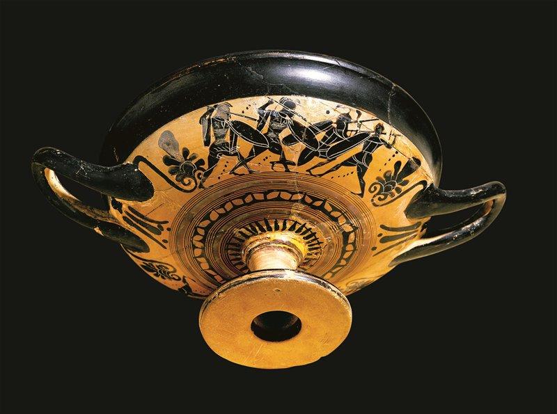 Kylix attica a figure nere, recante scene di opliti che lottano. Era utilizzata per bere il vino