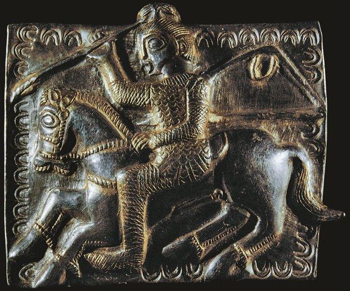 Lamina d'argento dorato che raffigura un cavallerizzo vestito alla maniera dei traci. Museo di Lovec, Bulgaria
