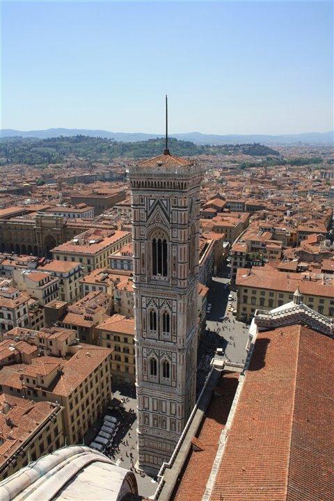Alla costruzione del campanile parteciparono Giotto e altri maestri costruttori e artisti, ma fu lui l'architetto del progetto; ancora oggi è conosciuto come il Campanile di Giotto