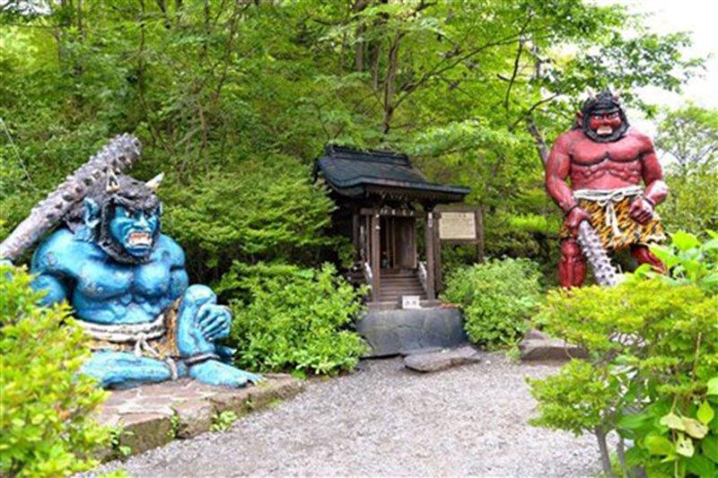 Statue di demoni nel santuario di Noboribetsu, sull'isola di Hokkaido