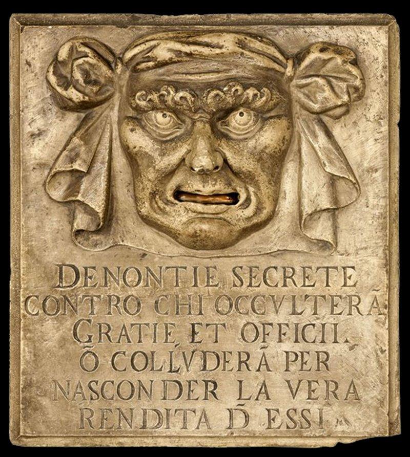 """Sui muri del palazzo Ducale di Venezia si trovano alcune """"buche delle lettere"""" note come Bocche di Leone. Servivano a sporgere denunce anonime"""