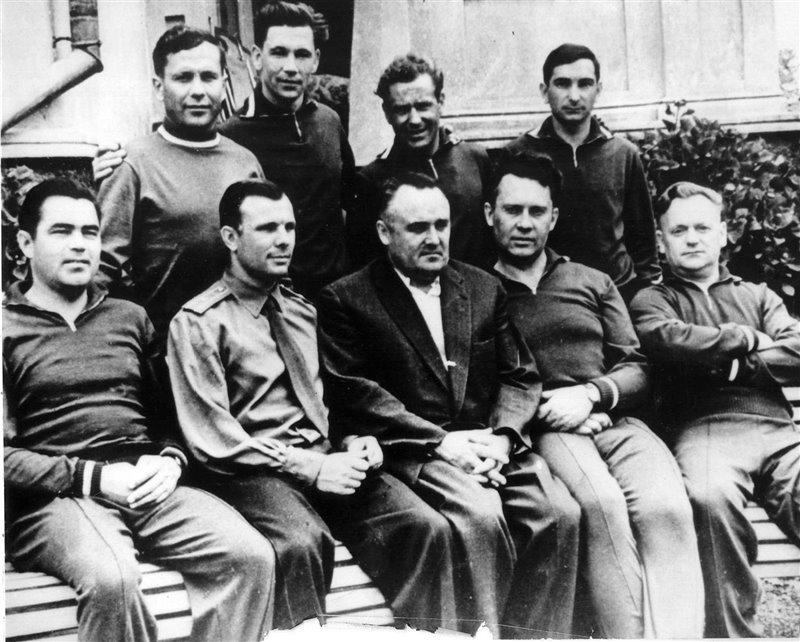 L'ingegnere spaziale Sergey Korolyov in compagnia degli astronauti in Crimea, URSS, nel 1960. Jurij Gagarin si trova alla sua sinistra. Collezione privata