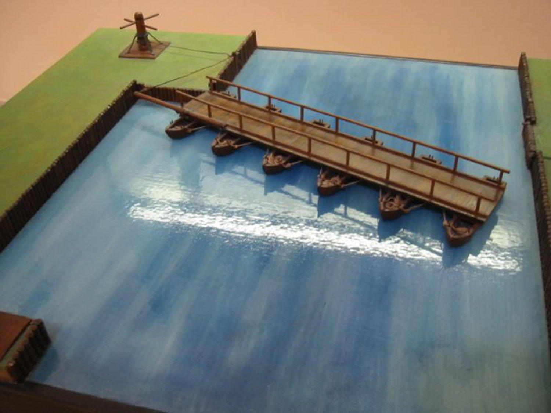 Il ponte della barca è stato azionato dalla riva per metterlo in posizione durante l'attacco e ritirarlo rapidamente durante la difesa.