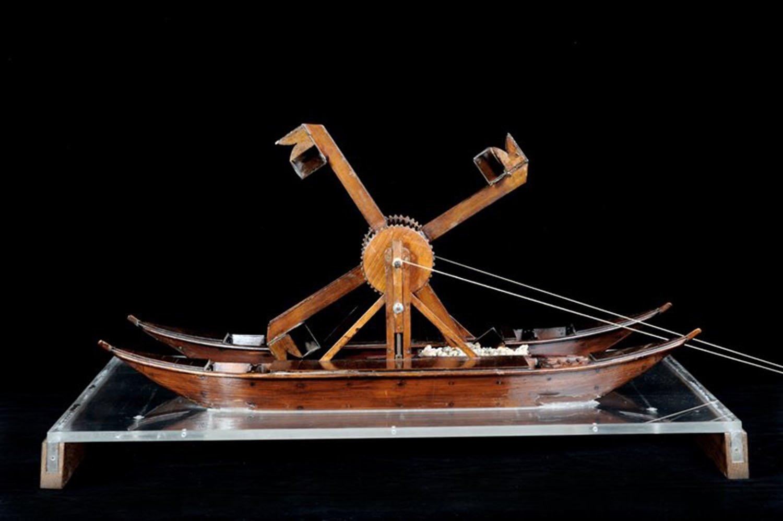 """La draga o """"cavafango"""" era una macchina acquatica che serviva per rimuovere il fango dal fondo dei canali, che cadeva in una barca posta al centro."""