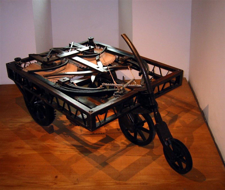 L'auto semovente è uno dei progetti di Leonardo che non si è mai materializzato. Si basava su un meccanismo simile a quello di un orologio a carica, con molle e ingranaggi che facevano girare le ruote.
