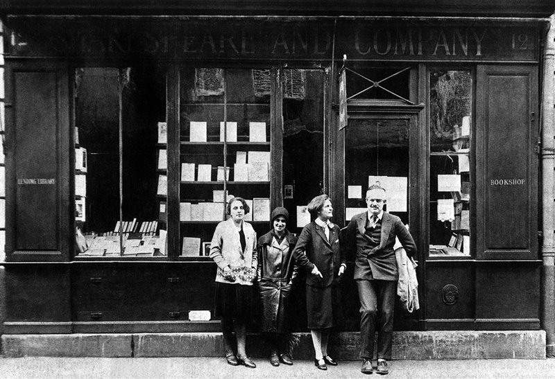 Ernest Hemingway con alla sua destra Sylvia Beach davanti alla libreria Shakespeare & Company nel marzo del 1928