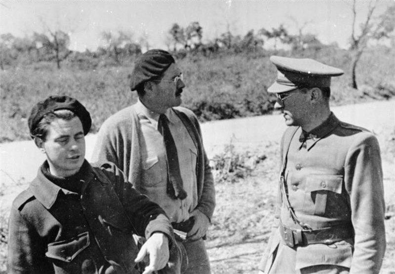Hemingway (al centro) con il regista olandese Joris Ivens e lo sceneggiatore tedesco Ludwig Renn sul set del documentario 'Terra di Spagna' girato nel 1937 durante la Guerra civile
