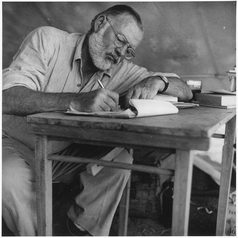Hemingway al suo tavolo di lavoro in un campo kenyota nel 1953