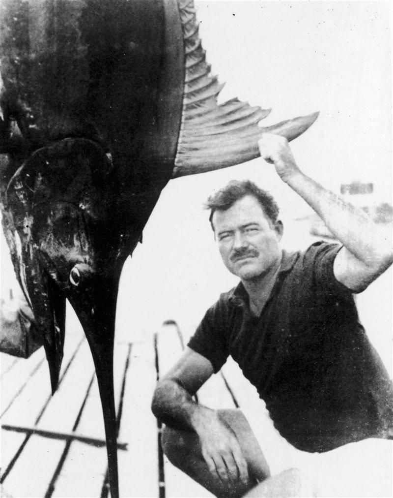 Lo scrittore accanto a un merlin appena pescato in Florida nel 1929. Aveva ereditato la passione per la caccia e per la pesca da suo padre