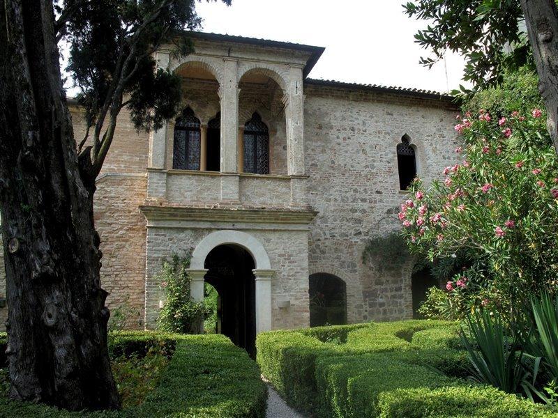 La casa dove il poeta visse gli ultimi anni della sua vita, ad Arquà Petrarca, è oggi un museo