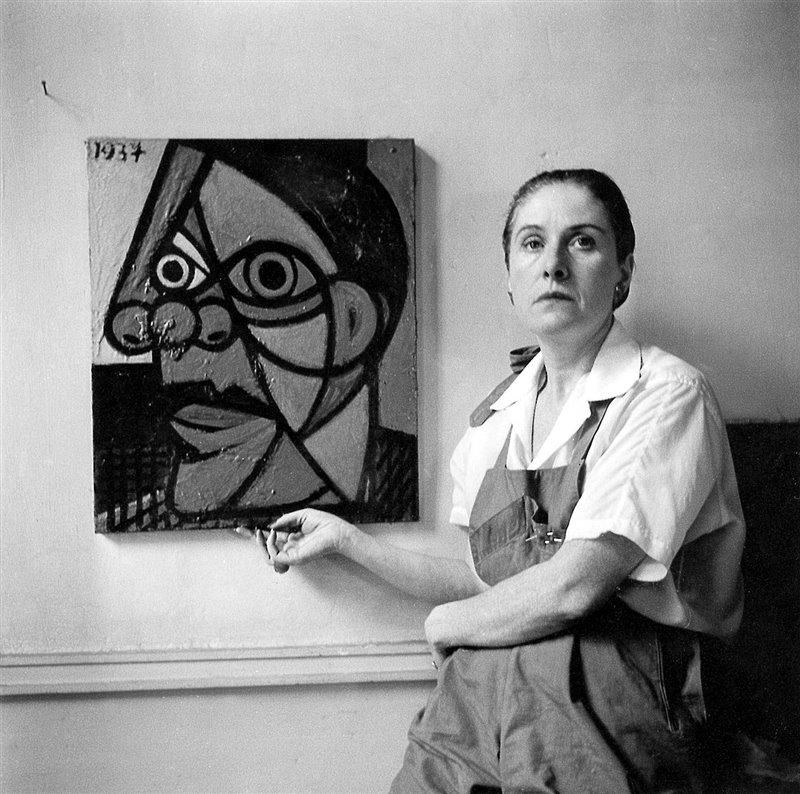 Dora Maar posa a fianco a un suo ritratto del 1937 realizzato da Pablo Picasso. Foto del 1947 circa